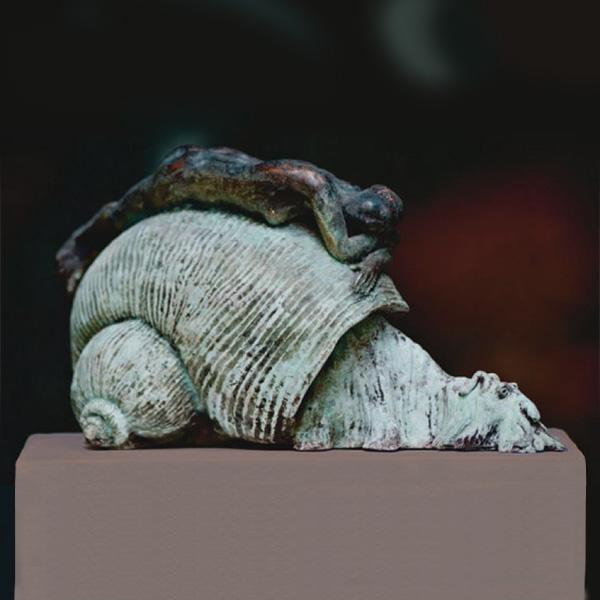 Nymphe auf einem Schneck